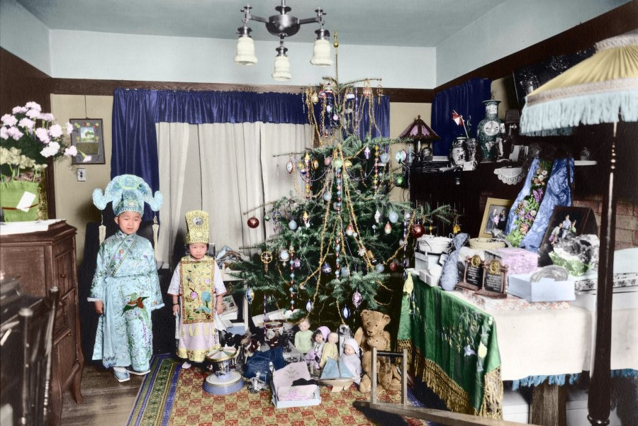 This Christmas tree in the home of early US immigrant Seid Back in the 1890s is full of decorative lights, with lots of presents below. But the children are not dressed as Santa Claus, or the three wise men visiting baby Jesus in the manger as written in the Bible, which are Western observances. Instead, we see the children quaintly dressed in Chinese-style Han clothing, reminiscent of Liang Shanbo and Zhu Yingtai in the classic Chinese story of The Butterfly Lovers.