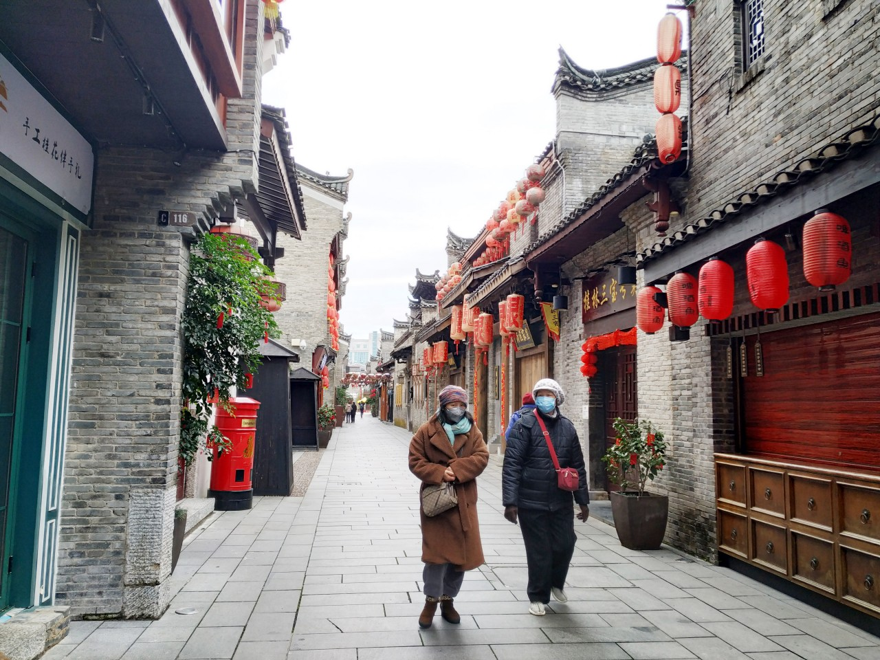 The health and political threats posed by the coronavirus outbreak is far more serious than SARS. In this photo taken in Guilin on the second day of the Chinese New Year (26 Jan), people are seen wearing masks on empty streets during an especially quiet festive season this year. (CNS)