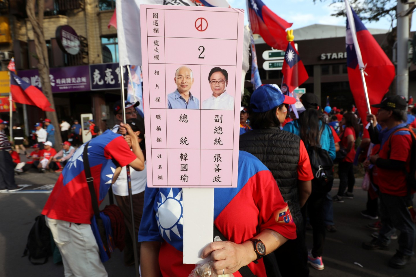 A supporter holds a placard depicting Taiwan's KMT party candidates Han Kuo-yu and Chang San-cheng during a campaign rally in Kaohsiung, Taiwan, December 21, 2019. (Ann Wang/Reuters)