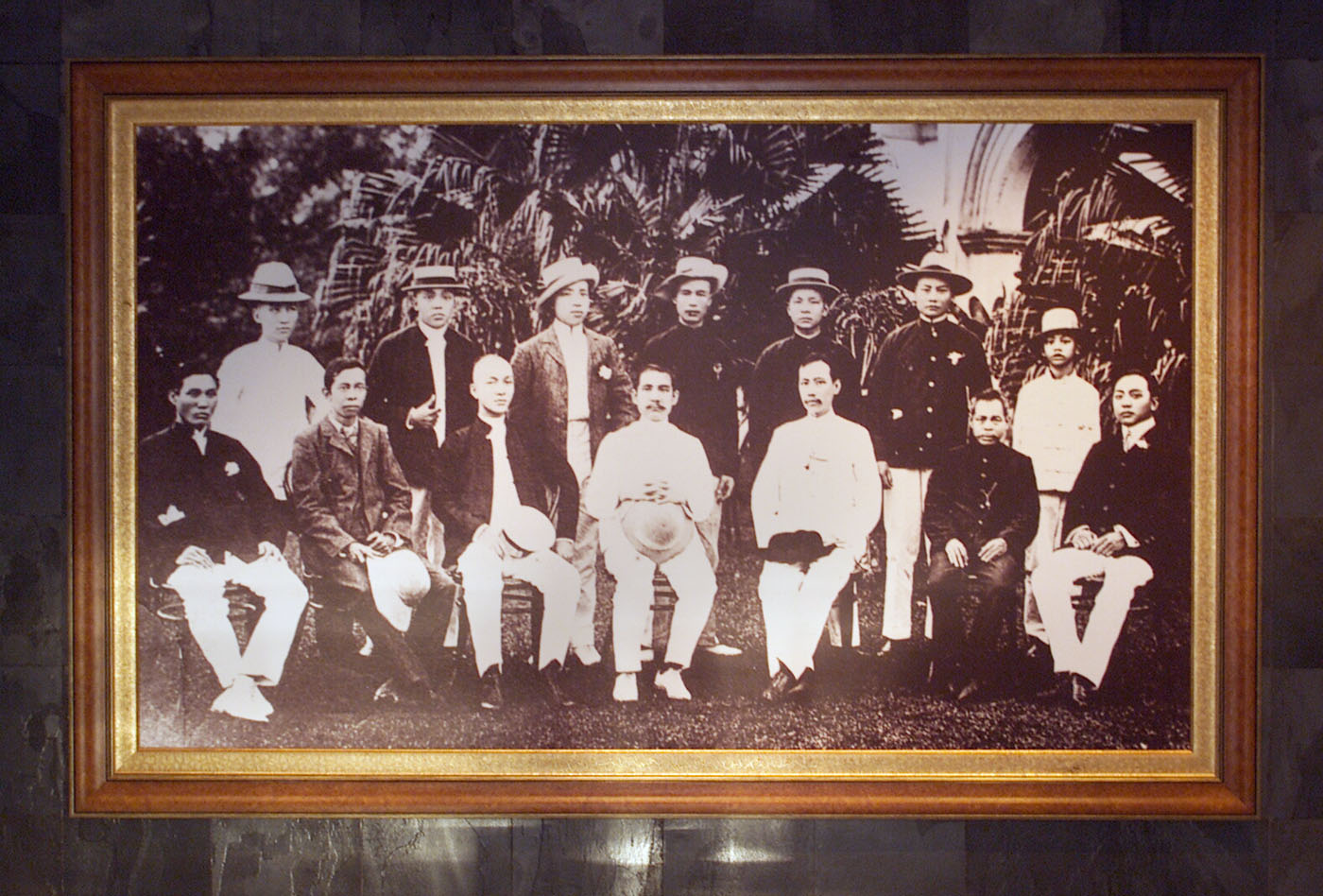 Sun Yat-sen and his comrades have their photo taken when the Tongmenhui branch in Singapore was established in 1906.