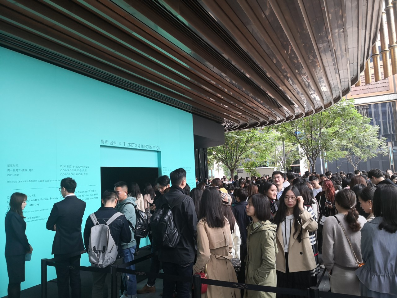 Tiffany & Co.'s grand exhibition in Shanghai drew a large crowd, eager to experience Tiffany's big blue world. (Photo: Yang Danxu)