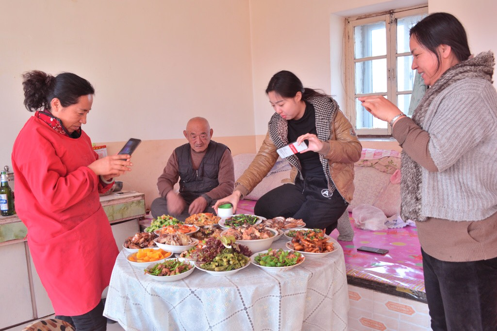 A family reunion dinner at the Chinese northeastern village of Xiuyan, Anshan, Liaoning Province. (Photo: Zhang Fanwei)