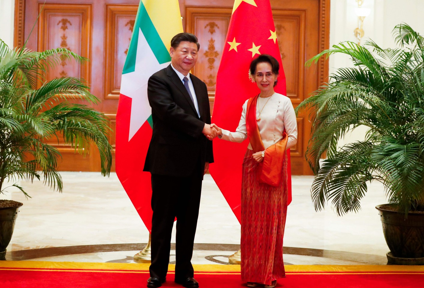 Chinese President Xi Jinping (left) and Myanmar State Counsellor Aung San Suu Kyi shake hands before a bilateral meeting at the Presidential Palace in Naypyidaw on 18 January 2020. (Nyein Chan Naing/POOL/AFP)