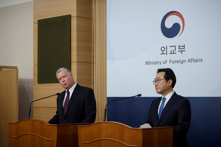 US Special Representative for North Korea Stephen Biegun (L) attends a media briefing with South Korea's Special Representative for Korean Peninsula Peace and Security Affairs Lee Do-hoon (R) at the Foreign Ministry in Seoul, South Korea on 16 December 2019. (Ed Jones/Pool via Reuters)