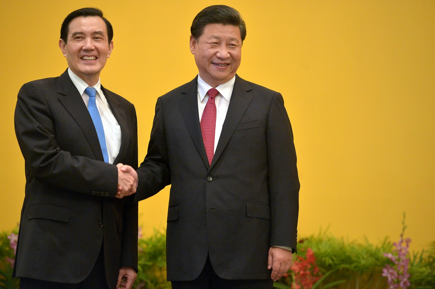 The historical meeting between Taiwanese President Ma Ying-jeou (left) and Chinese President Xi Jinping on 7 November 2015. The summit in Singapore is the first meeting between the presidents of both sides since the Chinese civil war ended in 1949. (SPH)