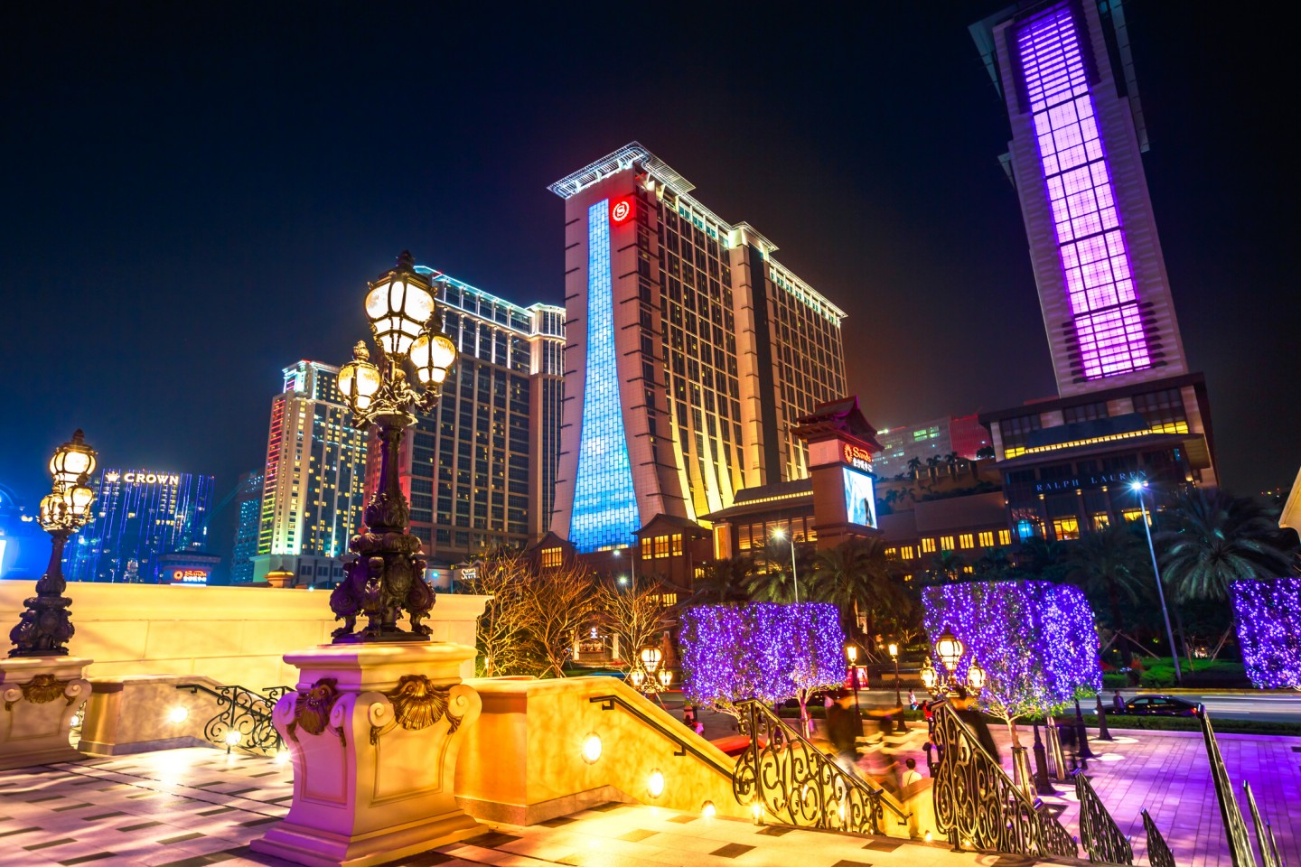 The Individual Visit Scheme allows Mainlanders to visit Hong Kong on a travel basis. As a result, masses of gamblers from the Mainland flocked to Macau, suffocating the local people to the point of exasperation and forcing them to demand complete localisation of their SAR. (iStock)