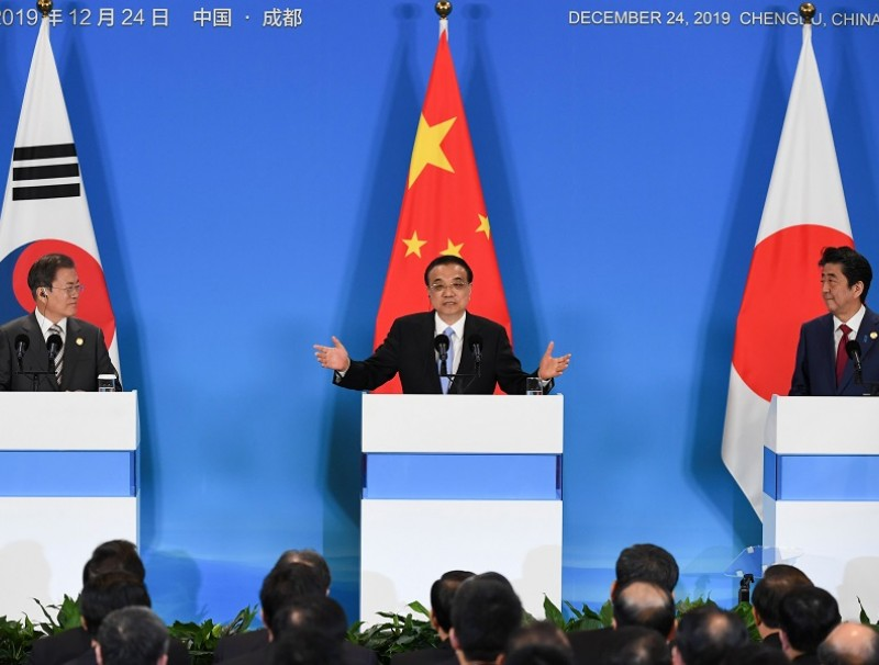 China's Premier Li Keqiang (C) with Japan's Prime Minister Shinzō Abe (R) and South Korean President (L) Moon Jae-in at the 8th trilateral leaders' meeting in Chengdu on 24 December 2019. (Wang Zhao/Pool/AFP)
