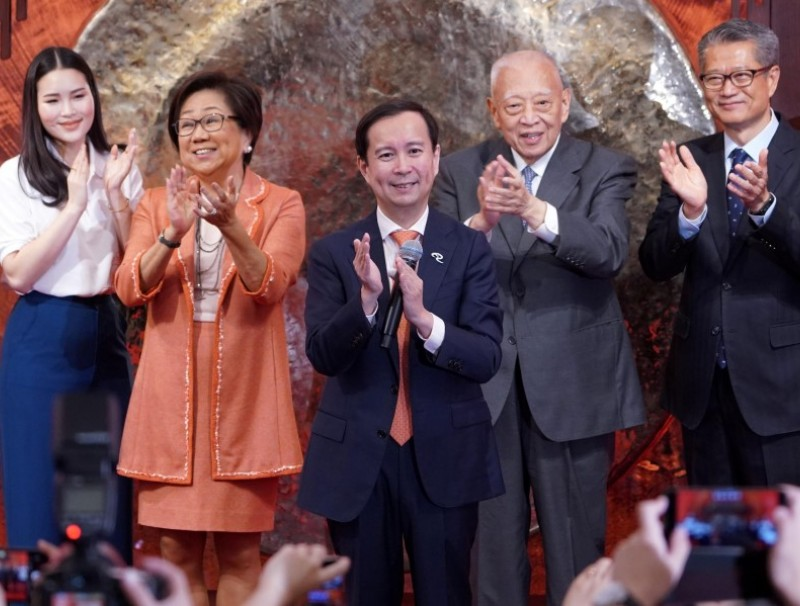 Alibaba's Chairman and Chief Executive Officer Daniel Zhang, Hong Kong Financial Secretary Paul Chan, HKEX Chairman Laura Cha and former Hong Kong chief executive Tung Chee-hwa attend Alibaba Group's listing ceremony at the Hong Kong Stock Exchange (HKEX). (Zhang Wei/CNS)