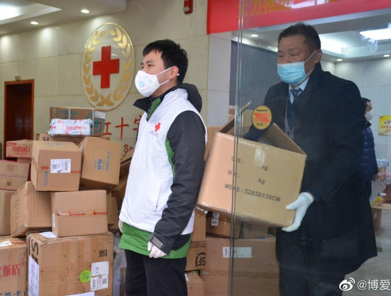 Medical staff collecting medical supplies from the Wuhan Red Cross Society on 27 January 2020. (Wuhan Red Cross Society official Weibo)