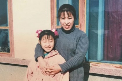 Zhang Yuting, aged 9, with her mother.
