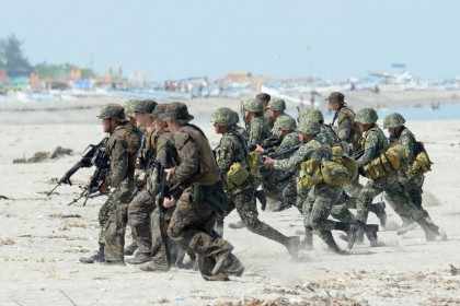 This file photo taken on May 9, 2014 shows Philippine and US Marines taking positions during a beach assault exercise facing the South China Sea in San Antonio, Zambales province. The Philippines told the US on February 11, 2020 it was quitting a pact key to their historical military alliance, which triggers a six-month countdown to the deal's termination, Manila said. (Ted Aljibe/AFP)