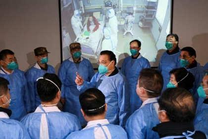 Chinese Premier Li Keqiang wearing a mask and protective suit speaks to medical workers as he visits the Jinyintan hospital where the patients of the new coronavirus are being treated following the outbreak, in Wuhan, January 27, 2020. (Reuters)